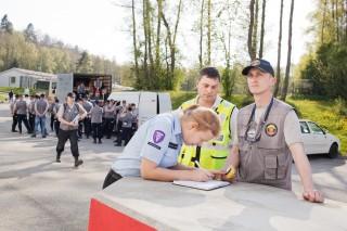 De douane van Modexland neemt een apparaatje in beslag van het Litouwse USAR-team. Foto: Pieter van den Boogert