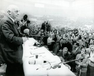 Mansholt probeert de ruim 4000 boeren uit Sleeswijk-Holstein toe te spreken terwijl ze hem uitjoelen op een boerenprotest in Kiel (Duitsland) op 13 december 1969. Foto: Nationaal Archief/Spaarnestad Photo
