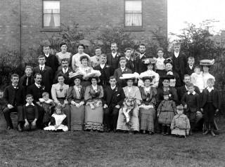 Een Engelse familie tijdens een bruiloft rond 1905. Foto: Getty Images
