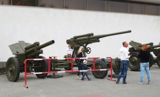 Tanks uit de Tweede Wereldoorlog staan in de Zuid-Russische stad Wolgograd, het vroegere Stalingrad, op een rij bij het museum over de Slag om Stalingrad. Foto: Floris Akkerman