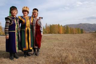 Een traditioneel feestkostuum van de Russische Altai.