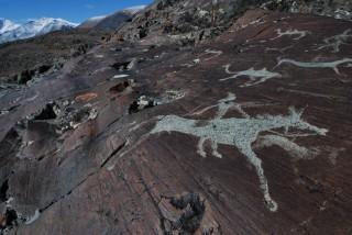Afbeeldingen van prehistorische ruiters op de rotsen in de Ukok-hoogvlakte.