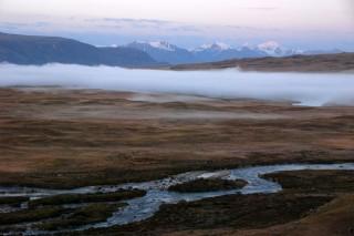 De Akalacha- en de Kaltoemrivier komen op dit punt bij elkaar. Voor de bewoners van de Altai een reden om op deze plek gebedsvlaggen en offers achter te laten.