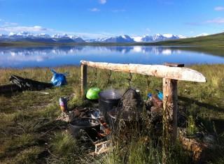 Hoewel Ukok officieel tot werelderfgoed is verklaard, rijden fourwheeldrives de fragiele permafrostbodem kapot en laten toeristen hun afval achter.