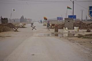 Een Koerdisch checkpoint van de KNC (links) en de YPG (rechts), december 2012. Foto: Andreas Stahl