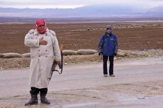Koerdische YPG-strijders in Deriq, Syrië, december 2012. Op de achtergrond de Judiberg, waar de PYD-strijders zich jarenlang schuilhielden. Foto: Andreas Stahl