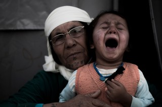 Fatimah Habasch (60) met haar kleindochter in het vluchtelingenkamp in Suruc (Turkije). Foto: Andreas Stahl