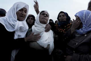 Vrouwen rouwen tijdens de begrafenis van YPG-strijders. Foto: Andreas Stahl