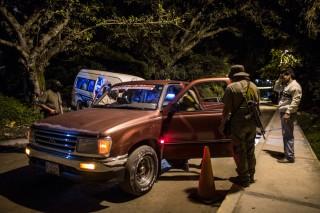 De CRAC, de burgerpolitie in Tixtla, controleren 's nachts het verkeer in de stad. Foto: Miguel Tovar/Getty Images