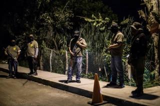 De CRAC, de burgerpolitie in Tixtla, houdt 's nachts de wacht in de stad sinds het onrustig is na de verdwijning van de 43 studenten. Foto: Miguel Tovar/Getty Images