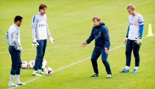 Keepers Michel Vorm, Tim Krul en Jasper Cilissen luisteren naar keeperstrainer Frans Hoek. Foto: Koen van Weel/ANP