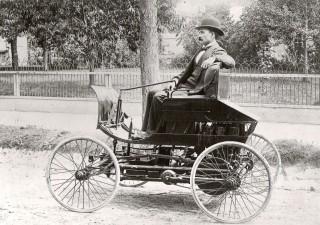 Een 'benzine-aangedreven paardloze koets' uit 1894