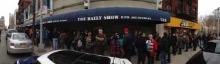 Ruim een jaar geleden was ik op bezoek bij The Daily Show. Dit is de rij voor de ingang, drie uur voor aanvang.