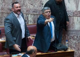 Yiannis Lagos en Nikolaos Michaloliakos in het Griekse parlement. Foto: Maro Kouri