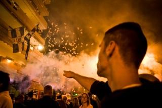 Een aanhanger van de Gouden Dageraad brengt de Hitlergroet tijdens een demonstratie in Athene. Foto: Maro Kouri