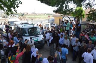 'Na meer dan twee uur in de brandende zon, rijden de twee ambulances van de YPG met loeiende sirenes Turkije binnen. In een van hen ligt het lichaam van Tayfun Kaygisiz.' Foto: Tan Tunali