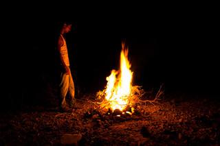 Haiwan Ehab Makram (21) bij het vuur in het vluchtelingenkamp Markazi nabij Obock in Djibouti. Foto: Andreas Stahl