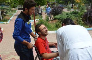 Dokter Mohammed Abdulkader heeft een goeie band met zijn patiënten. Foto: Huib de Zeeuw