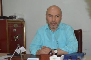 Nebi Elgen in zijn werkkamer. Foto: Huib de Zeeuw