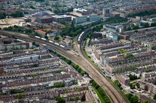 Spoorlijnen ter hoogte van het Amsterdamse Station Muiderpoort, met links de Indische Buurt en rechts de Dapperbuurt. Foto: Siebe Swart/Hollandse Hoogte