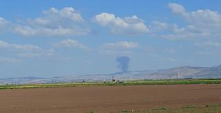 In de verte is te zien hoe in Syrië wordt gevochten. Foto: Tan Tunali