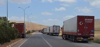 Vrachtwagens wachten voor de Cilvegozu grensovergang. Foto: Tan Tunali