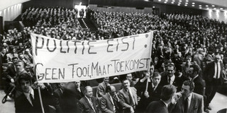 7 december 1970: Ongeveer tweeduizenden politieagenten houden in het Haagse Congresgebouw een protestvergadering, onder andere voor een betere salariering. Foto: Spaarnestad
