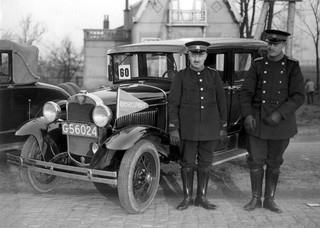 20 maart 1931: Twee rijksveldwachters voor hun Ford dienstauto. Foto: Spaarnestad