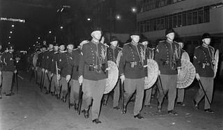 16 juni 1966: Een peloton van de marechaussee marcheert in gesloten formatie over het Damrak tijdens onrust in de binnenstad van Amsterdam. Foto: Ruud Hoff/ANP