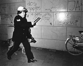 29 februari 1980: Tijdens rellen van krakers in de Vondelstraat in Amsterdam. Foto: ANP