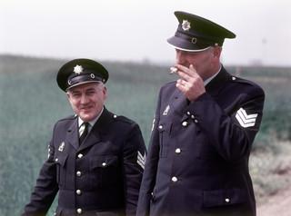 1986: Een politieagent rookt een sigaret tijdens z'n werk. Foto: Simon Engel/Spaarnestad