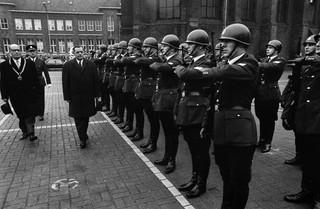 Het strenge, militaire gezicht van de politie. 16 december 1968: Minister Beernink van binnenlandse zaken opent een nieuw hoofdbureau van de politie in Nijmegen en inspecteert de erewacht. Foto: Ben Hansen/ANP