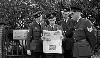 Het vriendelijke gezicht van de politie. 21 augustus 1968: Agenten, belast met de bewaking van de Russische ambassade in Den Haag, lezen het nieuws over Tsjechoslowakije in de ochtendbladen. Foto: Dick Coersen/ANP
