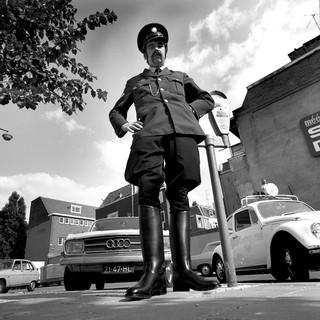 18 juni 1972: Op de breuklijn tussen twee werelden: nog wel een traditionele rijbroek met laarzen, maar verder onmiskenbaar jaren zeventig. Foto: Leo van der Noort/Hollandse Hoogte