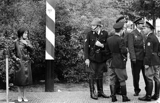 4 september 1970: Veiligheidsmaatregelen tijdens het bezoek van de Indonesische president Suharto aan Den Haag. Streng-militair en vriendelijk tegelijk. Foto: Vincent Mentzel/Hollandse Hoogte