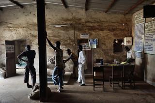 Een cacaoboer brengt zijn oogst naar de Coopakracoöperatief in Kragui (Ivoorkust). Deze foto is onderdeel van de serie 'Cocoa trail: from the bean to the bar.' Foto: Kadir van Lohuizen/NOOR