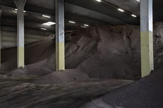 In de haven van Amsterdam worden de cacaobonen opgeslagen nadat ze zijn aangekomen vanuit Afrika. Deze foto is onderdeel van de serie 'Cocoa trail: from the bean to the bar.' Foto: Kadir van Lohuizen/NOOR