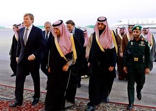 Koning Willem-Alexander bewijst de laatste eer aan de Saoedische koning Abdullah. In zijn kielzog: minister Bert Koenders.
