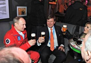Koning Willem-Alexander en zijn vrouw Máxima heffen het glas met de Russische president Vladimir Poetin.