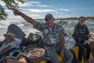 Een straatverkoper praat over de plannen voor het Nicaraguakanaal, dat ook door het Nicaraguameer achter hem zal lopen. Foto: Teake Zuidema