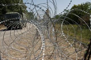 Het prikkeldraad op de grens van Hongarije met Servië. Foto: Peter van der Heyden