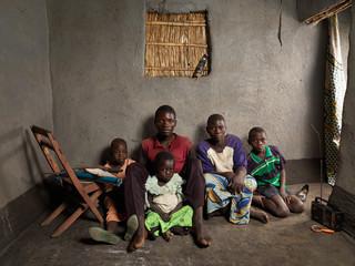 Foto boven: Zeneti Julias (22) met haar zoon Mandalisa (1) in 2005, de vader van haar zoon heeft ze verlaten. Foto onder: Thomas Halison (32) en Zeneti Julius (32) met hun dochters Kolofilida (7) en Gine (3) en zoon Mandalisa (11). Foto's: Jan Banning