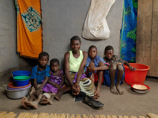 Livinese Henri (37) en haar kinderen. V.l.n.r.: Akim (7), Chimwenwe (4), Owen (12, die graag dokter wil worden) en Simenti (15, die graag chauffeur wil worden). Dickisoni, 2015. Foto's: Jan Banning