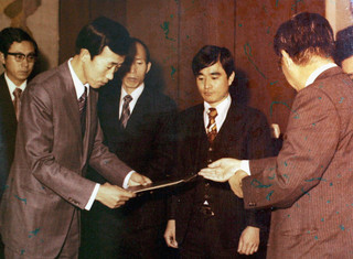 Ban Ki-moon ontvangt in 1975 een medaille van de Zuid-Koreaanse regering. Foto: Zuid-Koreaanse ministerie van Buitenlandse Zaken / Getty Images