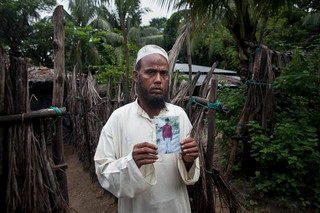 Juli 2015: Roshid Alam toont een foto van zijn zoon van wie hij niks meer heeft vernomen sinds hij in 2012 vanuit Birma naar Bangladesh vluchtte. Foto: Shazia Rahman / Getty Images