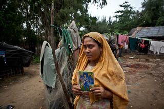 Juli 2015: Sanora toont een foto van haar neef van wie ze niks meer heeft vernomen sinds ze in 2012 samen met haar vader vanuit Birma vluchtte naar Bangladesh. Foto: Shazia Rahman / Getty Images
