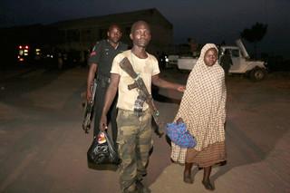 Nigeriaanse soldaten redden bewoners uit de handen van Boko Haram en brengen ze naar een vluchtelingenkamp. Foto: Sunday Alamba / Hollandse Hoogte