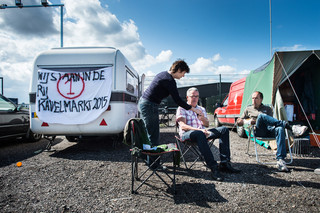 De wachtrij voor de zelfbouwkavels in de Buiksloterham in Amsterdam-Noord. Foto: Mats van Soolingen / Hollandse Hoogte