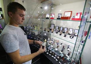 De 23-jarige Aleksej Visnevetski in zijn horlogewinkel aan de Artjomstraat in de Oost-Oekraïense stad Donetsk. Foto: Aleksej Filippov