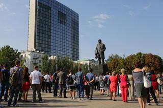 Een vredesdemonstratie, georganiseerd door het ministerie van Jeugd, Sport en Toerisme, op het Leninplein in Donetsk bij het gelijknamige standbeeld. Op de achtergrond het Poesjkinzakencomplex. Foto: Aleksej Filippov